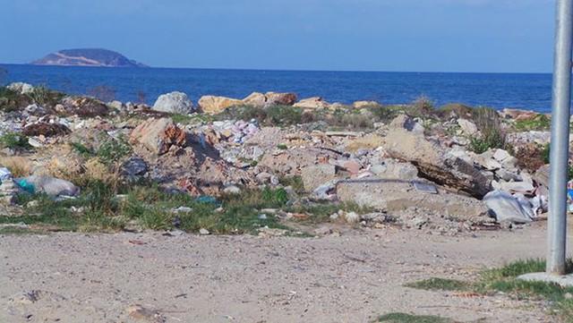 Dự án lấn vịnh Nha Trang trái phép ngập rác thải và thành bãi xe lậu - Ảnh 2.