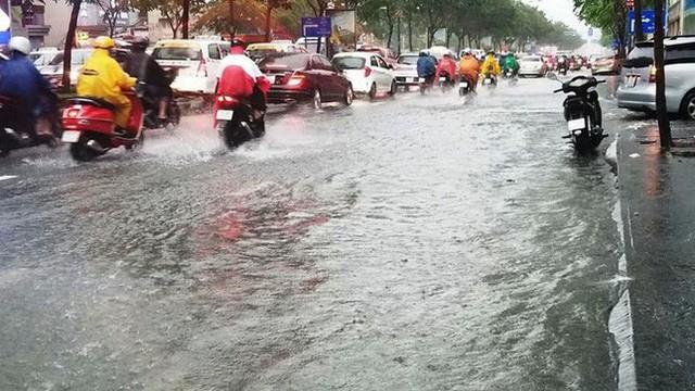 Giao thông cửa ngõ Tân Sơn Nhất tê liệt sau cơn mưa - Ảnh 4.