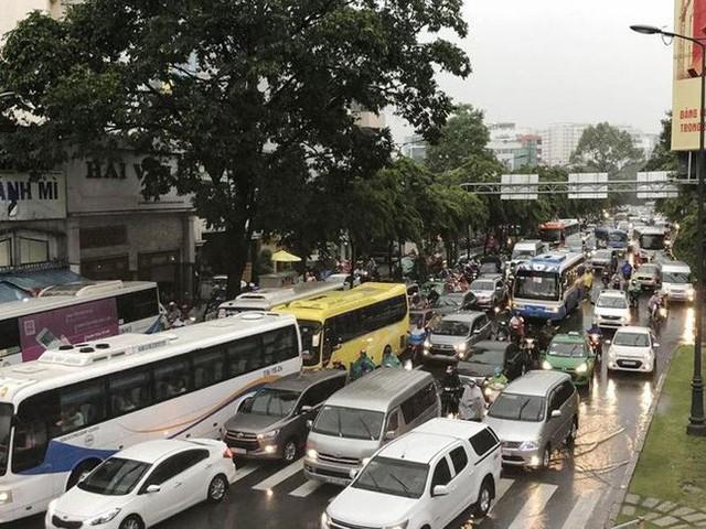 Giao thông cửa ngõ Tân Sơn Nhất tê liệt sau cơn mưa - Ảnh 7.