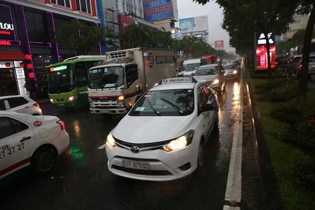 Giao thông cửa ngõ Tân Sơn Nhất tê liệt sau cơn mưa - Ảnh 10.