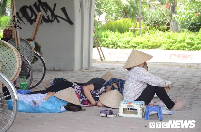 Ảnh: Dân lao động vật vã mưu sinh trong chảo lửa Hà Nội - Ảnh 3.