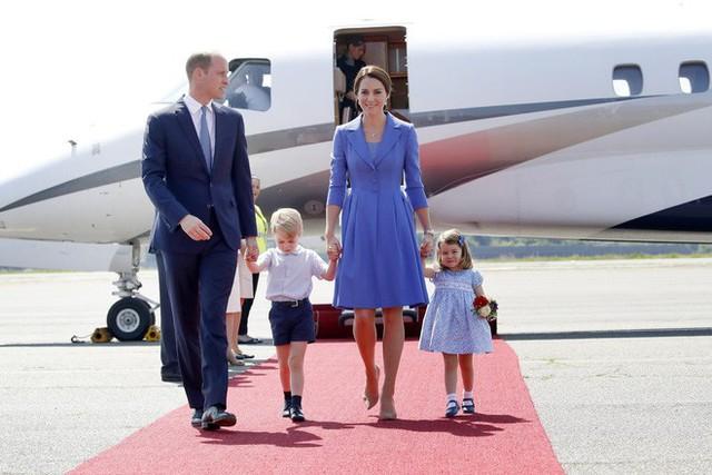 Dù còn bé xíu nhưng Công chúa Charlotte phải tuân theo những quy định nghiêm ngặt này của Hoàng gia Anh - Ảnh 2.