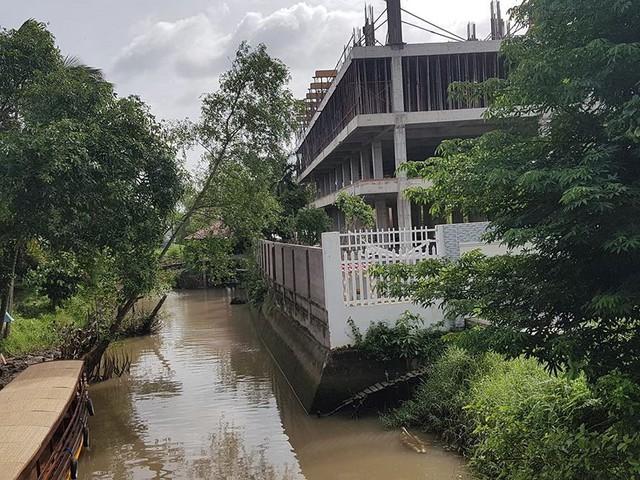 Cận cảnh đại công trình Resort lấn chiếm sông Hậu - Ảnh 8.