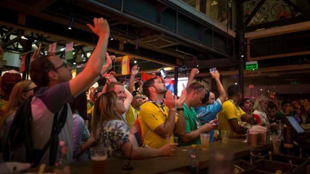 Hết World Cup, người bán hàng ở Nga sẽ tiếc lắm vì họ kiếm gấp 4 lần thu nhập bình quân thường ngày ngon ơ thế này - Ảnh 4.