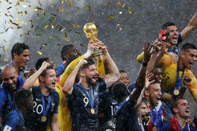 Khoảnh khắc lịch sử: Dàn sao đội tuyển Pháp thay nhau hôn Cúp vàng thế giới - Ảnh 1.