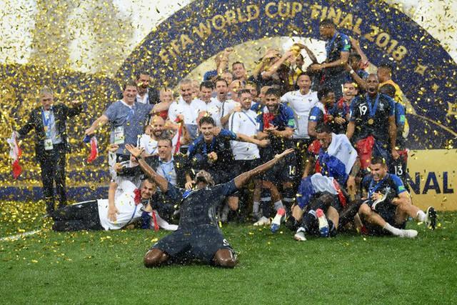 Khoảnh khắc lịch sử: Dàn sao đội tuyển Pháp thay nhau hôn Cúp vàng thế giới - Ảnh 2.