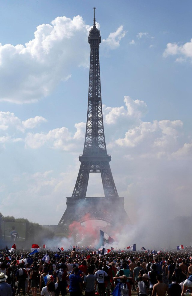 Xúc động cảnh ăn mừng cuồng nhiệt của hàng trăm ngàn CĐV Pháp ở Paris - Ảnh 2.