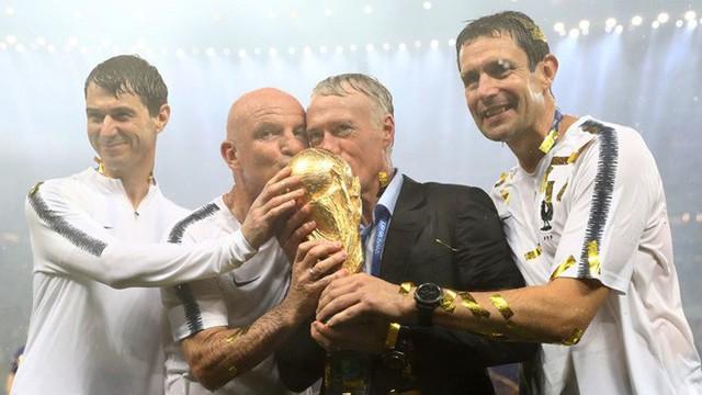 Khoảnh khắc lịch sử: Dàn sao đội tuyển Pháp thay nhau hôn Cúp vàng thế giới - Ảnh 11.
