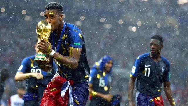 Khoảnh khắc lịch sử: Dàn sao đội tuyển Pháp thay nhau hôn Cúp vàng thế giới - Ảnh 13.