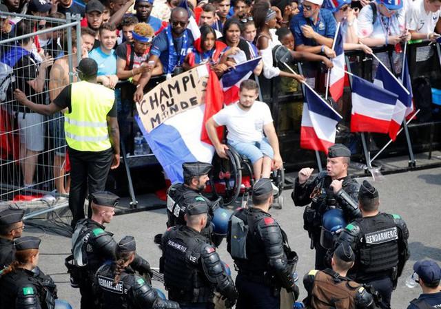 Xúc động cảnh ăn mừng cuồng nhiệt của hàng trăm ngàn CĐV Pháp ở Paris - Ảnh 13.