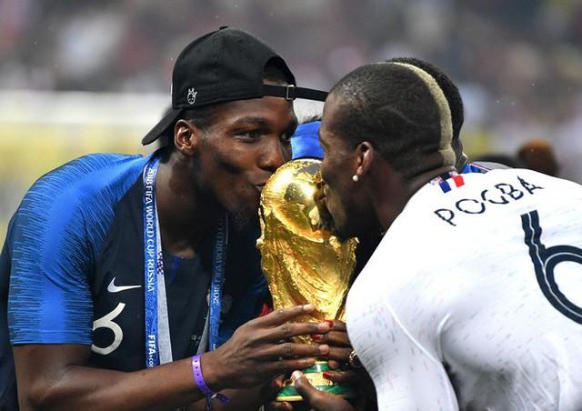 Khoảnh khắc lịch sử: Dàn sao đội tuyển Pháp thay nhau hôn Cúp vàng thế giới - Ảnh 14.