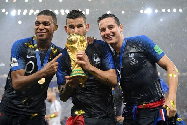 Khoảnh khắc lịch sử: Dàn sao đội tuyển Pháp thay nhau hôn Cúp vàng thế giới - Ảnh 15.