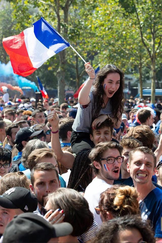Xúc động cảnh ăn mừng cuồng nhiệt của hàng trăm ngàn CĐV Pháp ở Paris - Ảnh 16.