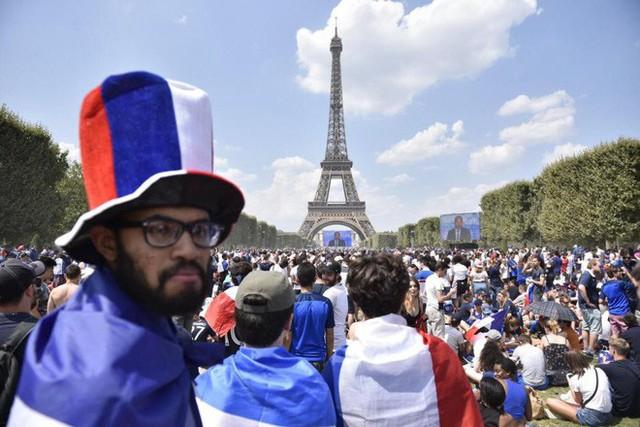 Xúc động cảnh ăn mừng cuồng nhiệt của hàng trăm ngàn CĐV Pháp ở Paris - Ảnh 3.