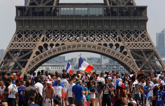 Xúc động cảnh ăn mừng cuồng nhiệt của hàng trăm ngàn CĐV Pháp ở Paris - Ảnh 4.
