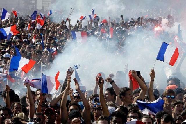 Xúc động cảnh ăn mừng cuồng nhiệt của hàng trăm ngàn CĐV Pháp ở Paris - Ảnh 7.