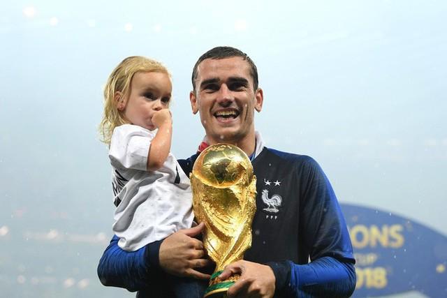 Khoảnh khắc lịch sử: Dàn sao đội tuyển Pháp thay nhau hôn Cúp vàng thế giới - Ảnh 8.