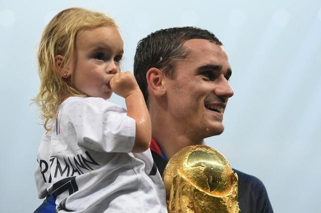 Khoảnh khắc lịch sử: Dàn sao đội tuyển Pháp thay nhau hôn Cúp vàng thế giới - Ảnh 9.
