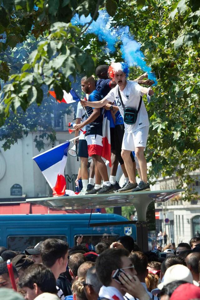 Xúc động cảnh ăn mừng cuồng nhiệt của hàng trăm ngàn CĐV Pháp ở Paris - Ảnh 9.