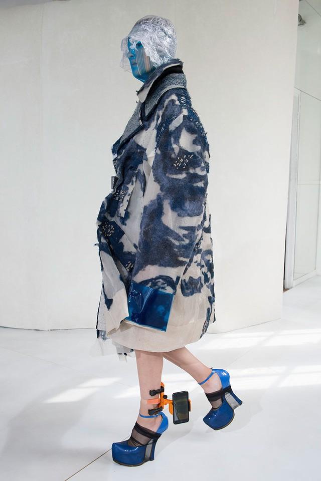 Xu hướng mới nhất trong làng thời trang cao cấp: Vòng đeo chân có thể giữ điện thoại của bạn! - Ảnh 1.