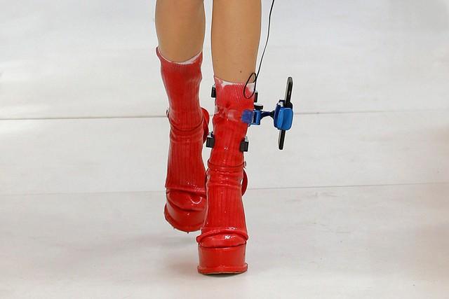 Xu hướng mới nhất trong làng thời trang cao cấp: Vòng đeo chân có thể giữ điện thoại của bạn! - Ảnh 4.