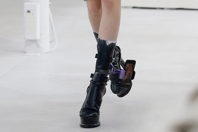 Xu hướng mới nhất trong làng thời trang cao cấp: Vòng đeo chân có thể giữ điện thoại của bạn! - Ảnh 5.