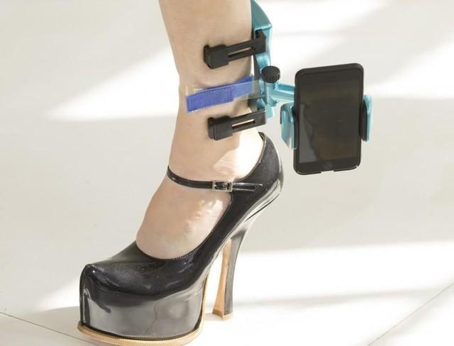 Xu hướng mới nhất trong làng thời trang cao cấp: Vòng đeo chân có thể giữ điện thoại của bạn! - Ảnh 3.