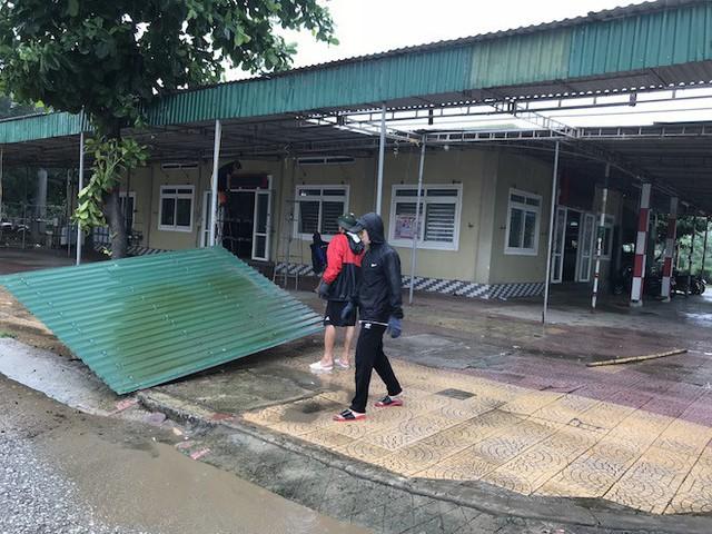 Bất chấp bão Sơn Tinh đang tiến vào, du khách vẫn xuống biển Cửa Lò tắm trong mưa - Ảnh 2.