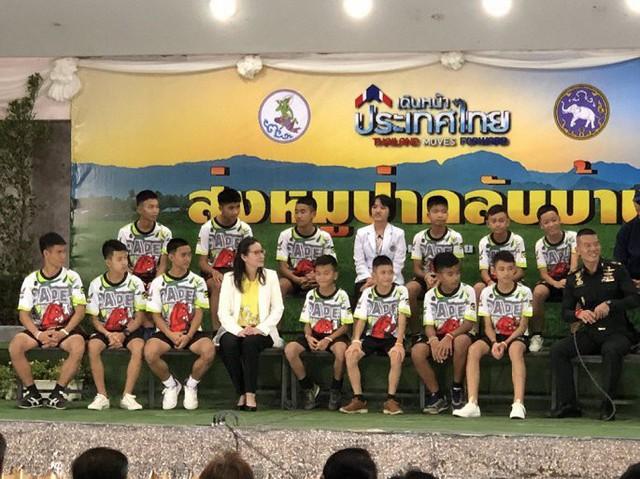 Đội bóng Thái Lan họp báo chính thức, trả lời câu hỏi tại sao lại vào hang Tham Luang - Ảnh 1.