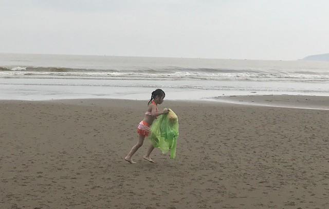 Bất chấp bão Sơn Tinh đang tiến vào, du khách vẫn xuống biển Cửa Lò tắm trong mưa - Ảnh 13.