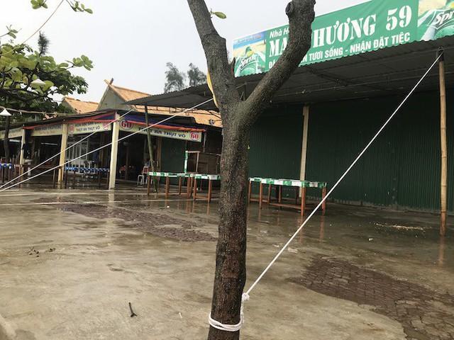 Bất chấp bão Sơn Tinh đang tiến vào, du khách vẫn xuống biển Cửa Lò tắm trong mưa - Ảnh 5.