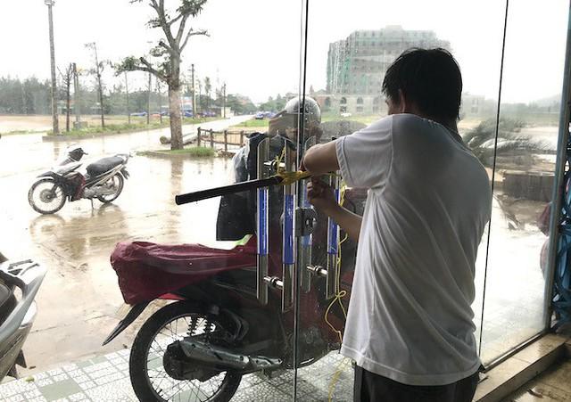 Bất chấp bão Sơn Tinh đang tiến vào, du khách vẫn xuống biển Cửa Lò tắm trong mưa - Ảnh 6.