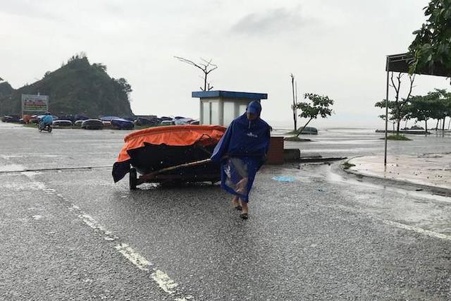 Bất chấp bão Sơn Tinh đang tiến vào, du khách vẫn xuống biển Cửa Lò tắm trong mưa - Ảnh 7.