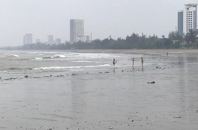 Bất chấp bão Sơn Tinh đang tiến vào, du khách vẫn xuống biển Cửa Lò tắm trong mưa - Ảnh 8.