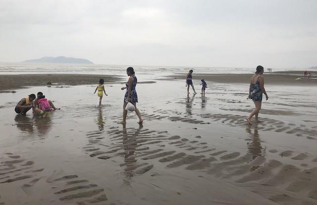 Bất chấp bão Sơn Tinh đang tiến vào, du khách vẫn xuống biển Cửa Lò tắm trong mưa - Ảnh 11.