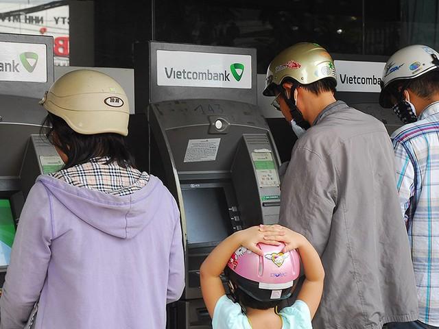 Mất tiền từ thẻ ATM trong đêm, chặn bằng cách nào? - Ảnh 1.