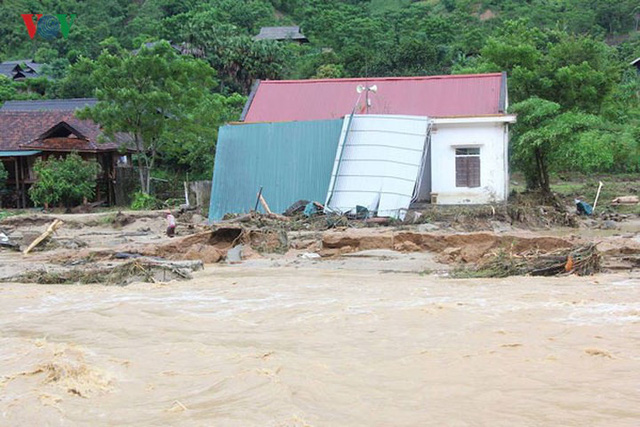 Ảnh: Bão số 3 gây mưa to, lũ lớn khiến bản làng tan hoang - Ảnh 1.