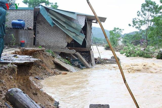 Ảnh: Bão số 3 gây mưa to, lũ lớn khiến bản làng tan hoang - Ảnh 4.