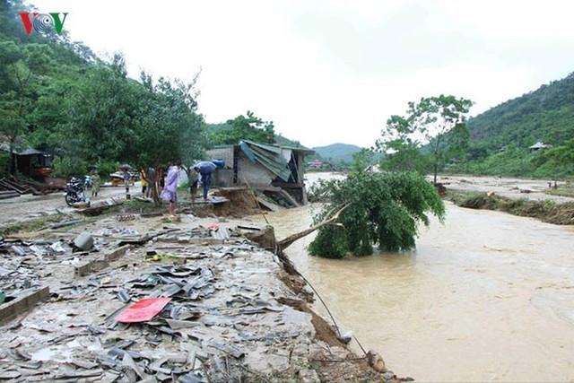 Ảnh: Bão số 3 gây mưa to, lũ lớn khiến bản làng tan hoang - Ảnh 5.