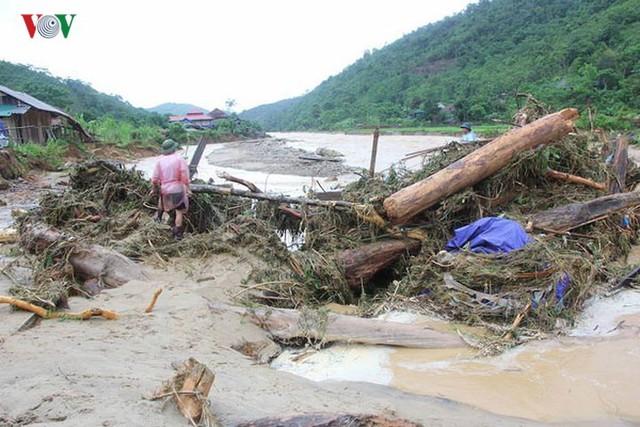Ảnh: Bão số 3 gây mưa to, lũ lớn khiến bản làng tan hoang - Ảnh 6.