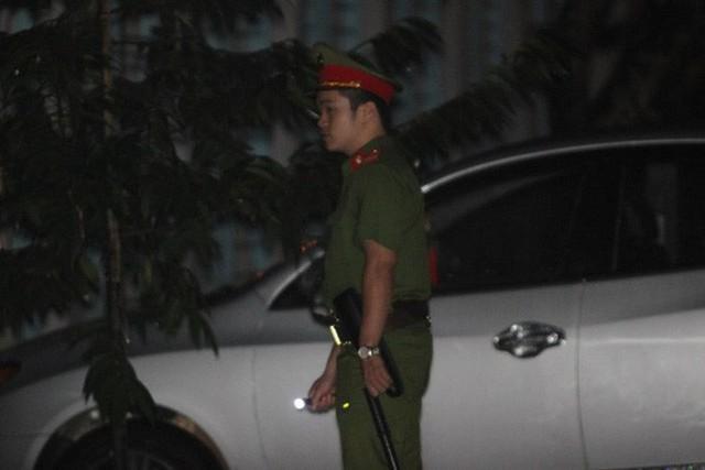 Cảnh sát bảo vệ nhiều tầng lớp trong đêm thứ 2 kiểm tra điểm thi bất thường ở Sơn La - Ảnh 2.
