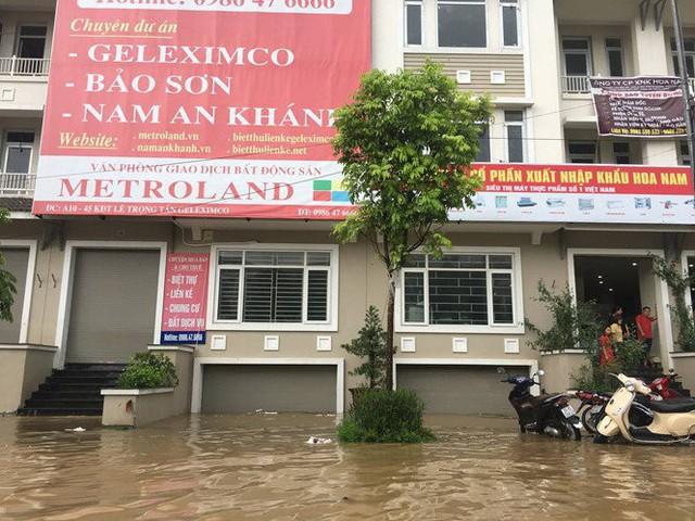 Hà Nội: Làng biệt thự triệu đô hễ mưa là ngập, dân bơi xuồng trên đường phố - Ảnh 7.