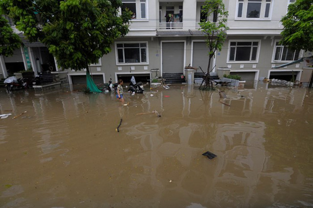 Hà Nội: Làng biệt thự triệu đô hễ mưa là ngập, dân bơi xuồng trên đường phố - Ảnh 2.