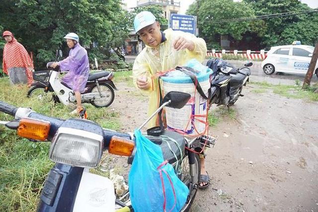 Người Hà Nội đổ xô ra sông bắt cá sau cơn mưa - Ảnh 11.