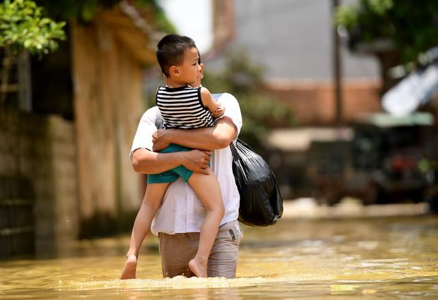 Sau 1 tuần mưa, người Hà Nội dùng thuyền tự chế, bơi trong dòng nước ngập ao bèo về nhà - Ảnh 15.
