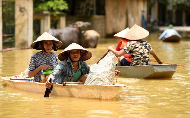 Sau 1 tuần mưa, người Hà Nội dùng thuyền tự chế, bơi trong dòng nước ngập ao bèo về nhà - Ảnh 18.