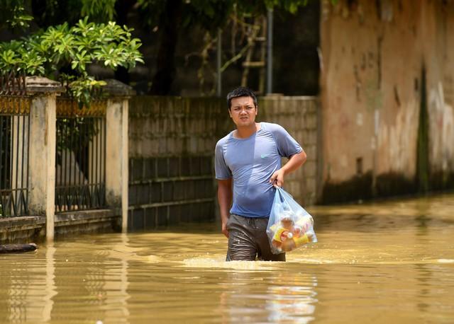 Sau 1 tuần mưa, người Hà Nội dùng thuyền tự chế, bơi trong dòng nước ngập ao bèo về nhà - Ảnh 19.