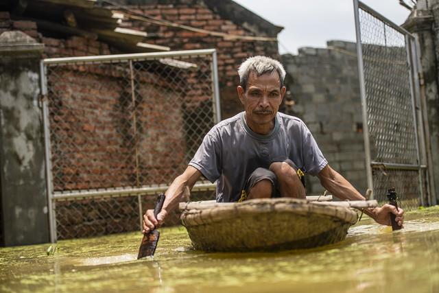Sau 1 tuần mưa, người Hà Nội dùng thuyền tự chế, bơi trong dòng nước ngập ao bèo về nhà - Ảnh 21.