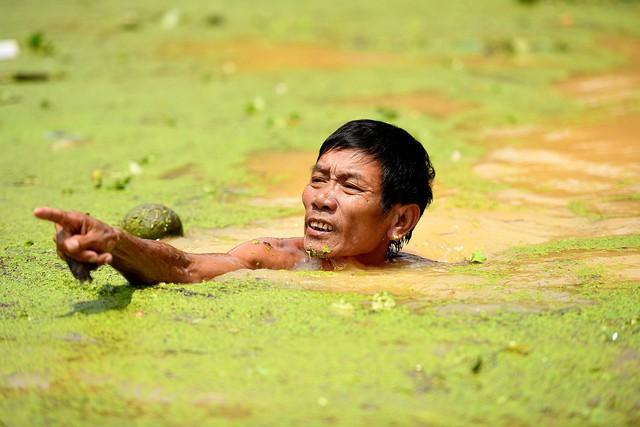 Sau 1 tuần mưa, người Hà Nội dùng thuyền tự chế, bơi trong dòng nước ngập ao bèo về nhà - Ảnh 22.