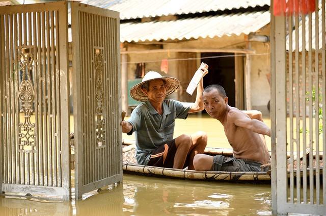 Sau 1 tuần mưa, người Hà Nội dùng thuyền tự chế, bơi trong dòng nước ngập ao bèo về nhà - Ảnh 29.